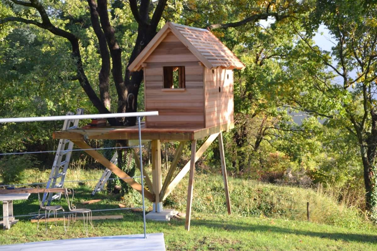 Construire une maison dans les arbres construire une for Cabane de jardin permis de construire